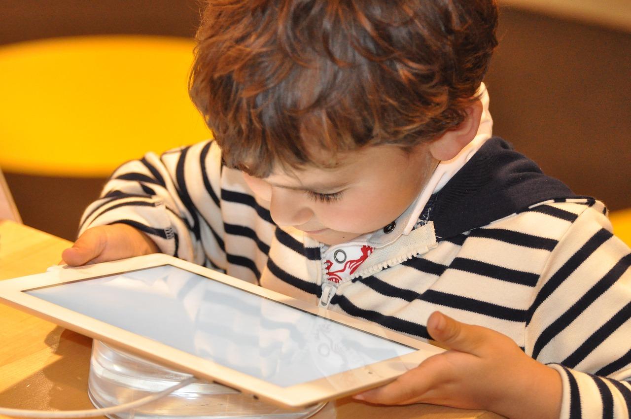 Pengaruh Negatif Teknologi Internet Terhadap Anak-Anak